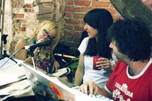 Arantxa Martínez y Nilo Gallego con Bea Fernández en Emisiones Cacatúa en Esto es una plaza