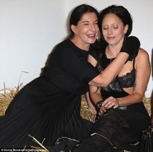 Marina Abramovic (izquierda) abraza a Lady Gaga (derecha)