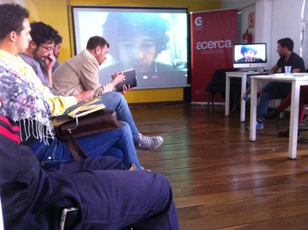 Rubén Ramos Nogueira, embajador de Teatron en funciones virtuales con los asistentes al taller Morir en el intento de PLAYdramaturgia en el Centro Cultural de España en La Paz, Bolivia