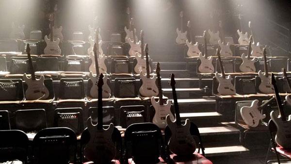 Las guitarras del público en Anarchy de Societat Doctor Alonso