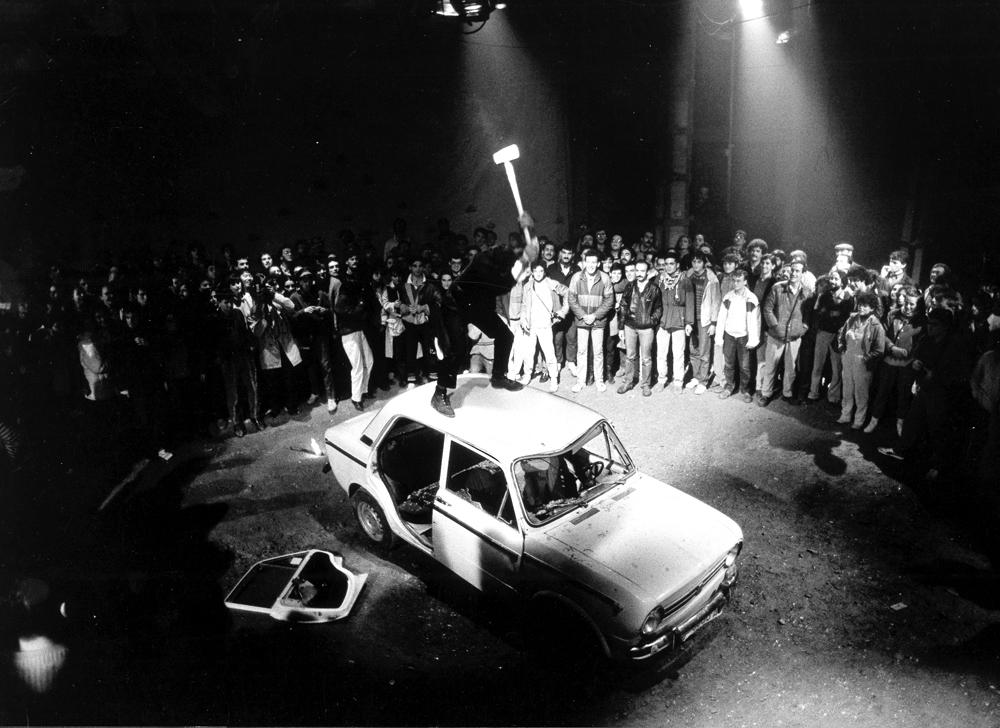 04La_Fura_dels_Baus_Accions_1984_cotxe_scene