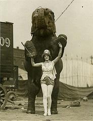 mujer-con-elefante.jpg
