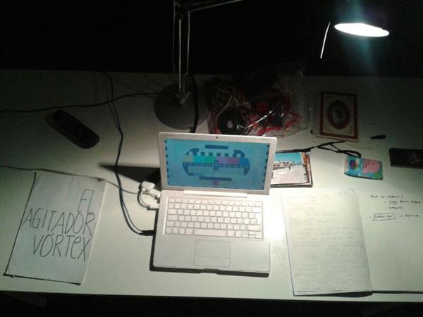 Aspecto que tenía la mesa de Cris Blanco antes de la presentación de Otra Hipótesis del Agitador Vórtex