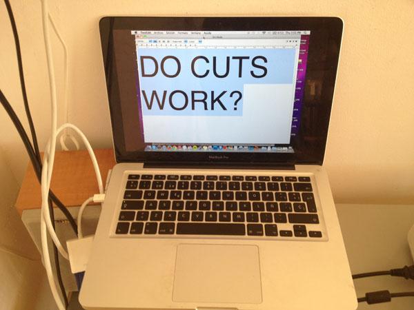 Ordenador portátil con el mensaje Do cuts work en la pantalla