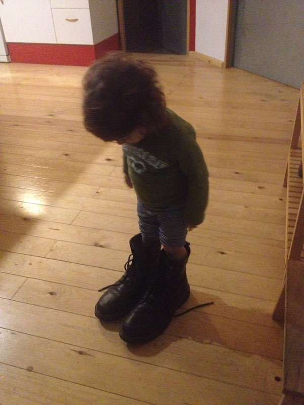 Un ser minúsculo probándose mis botas