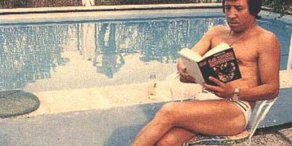 El Fary leyendo tranquilamente