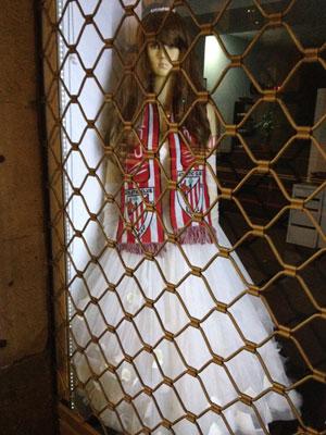 Maniquí vestida de novia con la bufanda del Athletic de Bilbao
